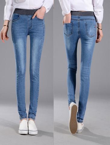 vit skjorta med elastisk midja och smala jeans