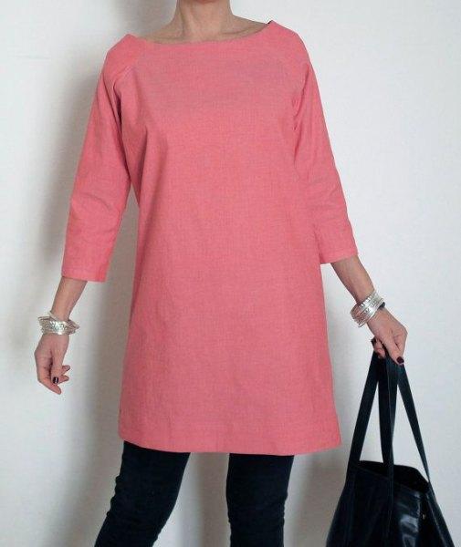 rosa tunika i bomull med trekvartärmar och svarta skinny jeans