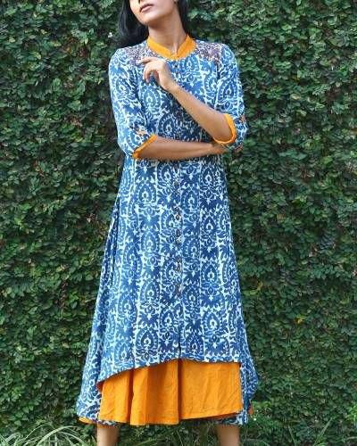 lång tunikatopp med blått och vitt stamtryck och senapsgul klänning