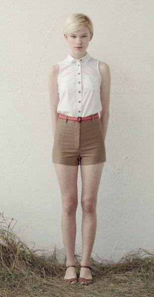 vit ärmlös blus med knappar och gröna mini-shorts med hög midja