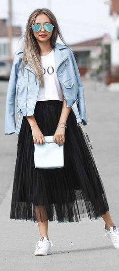 vit tryckt T-shirt med blågrön skinnjacka och svart mesh kjol