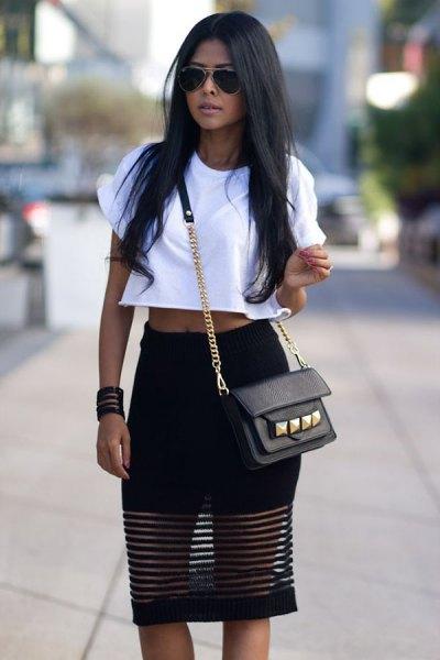 vit kort t-shirt med en knälång kjol i svart nät