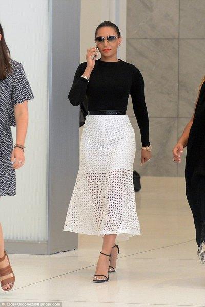 stickad tröja i svart midja med vit maxiknets kjol