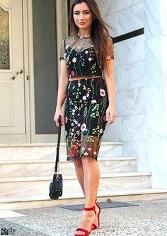 svart knälång kjol med blommig broderi och matchande topp