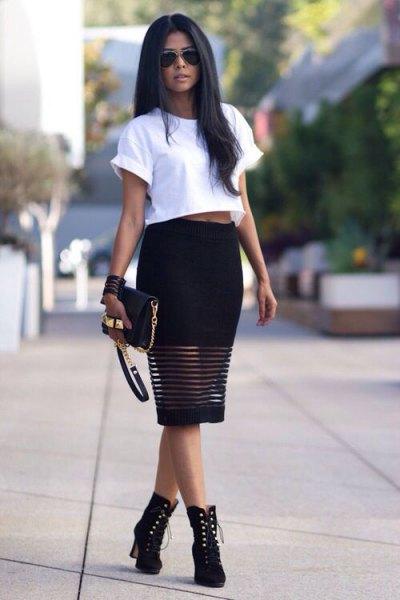 vit kort t-shirt med svart midiklänning och stövlar