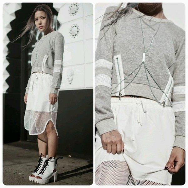grå kort tröja med midikjol i vit mesh