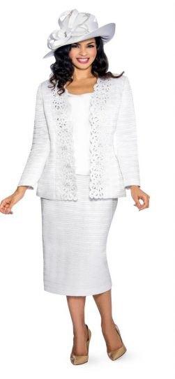 vit kjoldräkt med rosa klackar och kepshatt