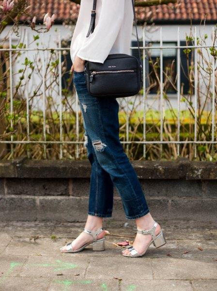 vit chiffongblus med blå ribbade jeans och sandaler med smal passform