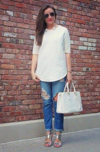vit tunikablus med blå jeans med manschetter och silver sandaler