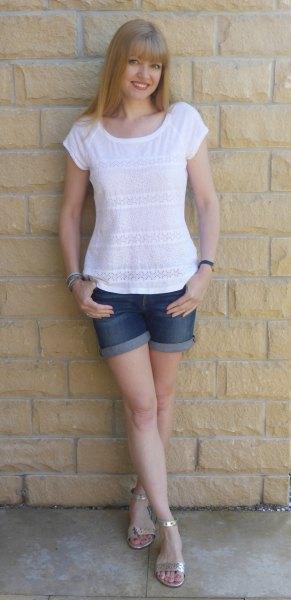 vit t-shirt med blå jeansshorts med muddar och silverklackade sandaler