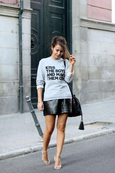 grå grafisk tröja med svart mini läder kjol