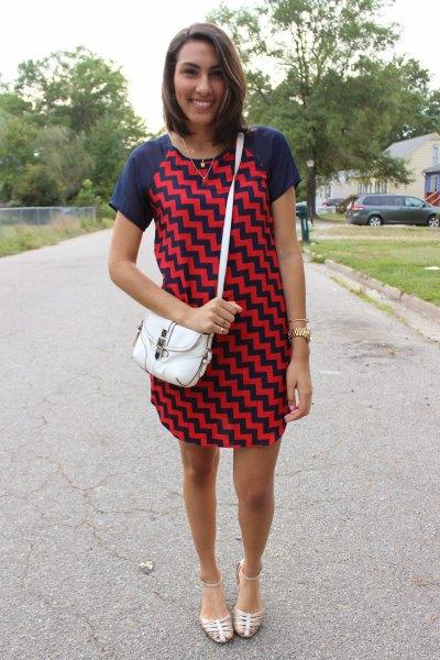 Miniklänning med mörkblå och röd sicksacktryck och sandaler med silverband