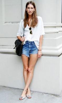 vit skjorta med knappar och blå mini-jeansshorts