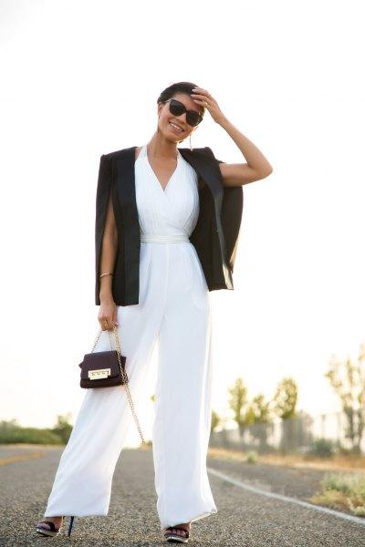 vit jumpsuit med V-ringning och flare med svart kavaj