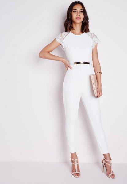 vit jumpsuit med kepsärmar och ljusrosa sandaler