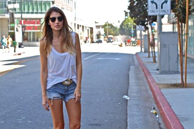vit linne med scoop-urringning och avskurna jeansshorts