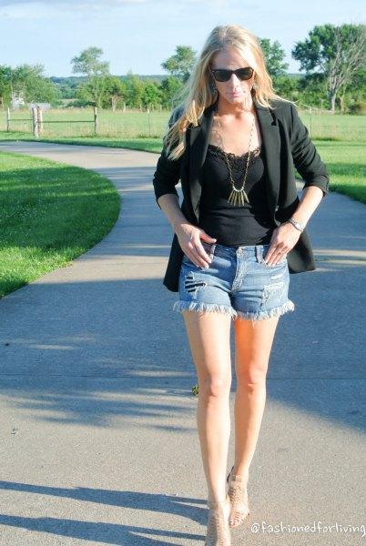 svart spetsvästtopp med kavaj och mini-jeansshorts