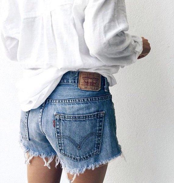 vit pojkvänskjorta med blåskurna jeansshorts