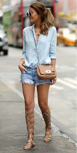 Ljusblå skjorta med knappar, jeansshorts och gladiator sandaler