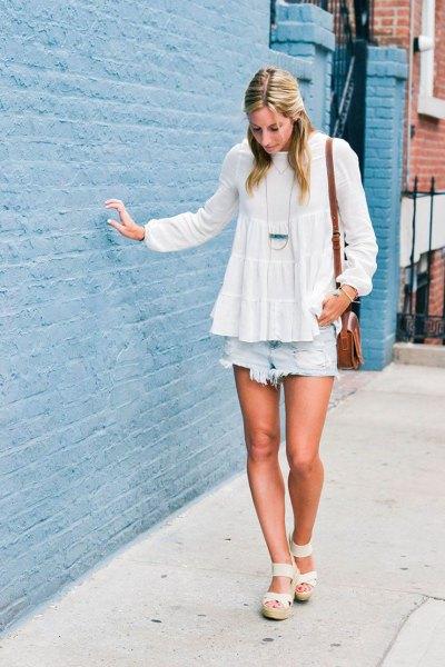 vit chiffongpeplumblus med ljusblå jeansshorts