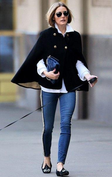 svart cape blazer tröja med vit skjorta och smala jeans