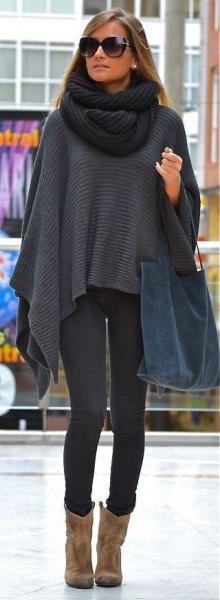 mörkgrå stickad halsduk med matchande cape och mocka ankelstövlar