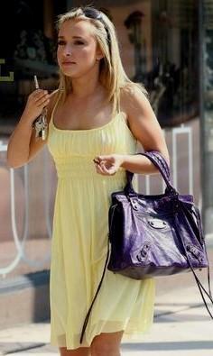 gul chiffong babydoll miniklänning med svart läderhandväska