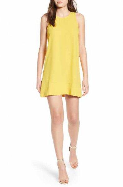 gul miniklänning med klackar med silverklackar