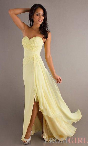 Golvlång klänning med en älskling halsringning och utsvängd chiffong