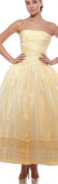 gul axelbandslös passform och glänsande maxiklänning