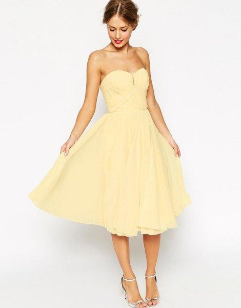 gul axelbandslös älskling passform och flare midiklänning