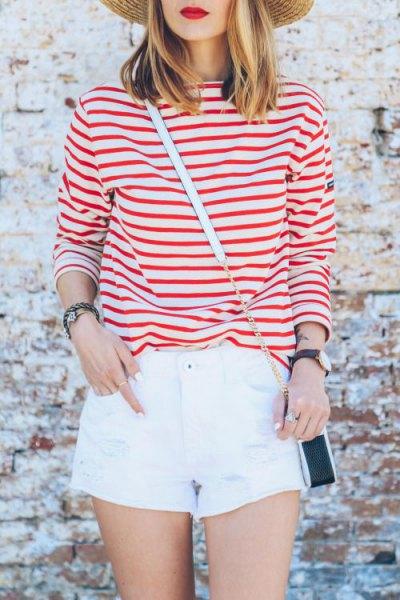 röd randig t-shirt vita mini shorts