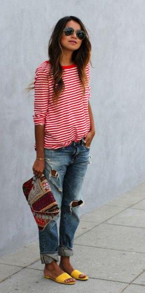 röd och vit randig t-shirt med halva ärmar, rippade pojkvän jeans