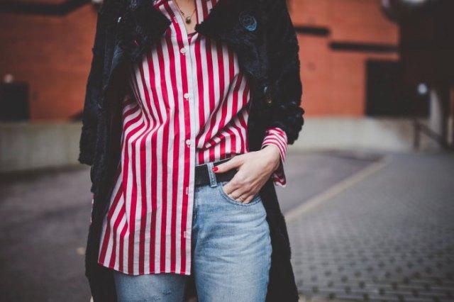 röd och vit randig överdimensionerad skjorta, lång ullrock i svart ull