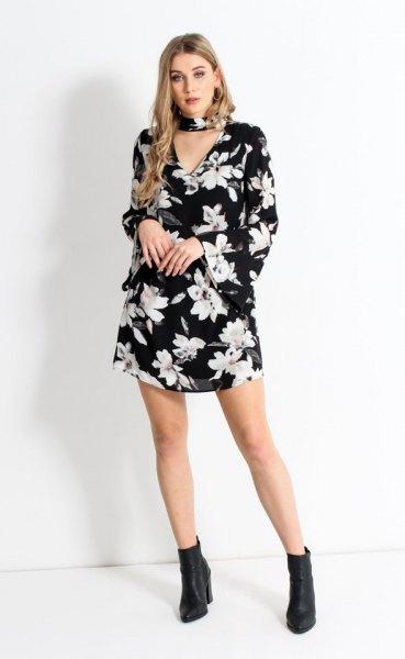 svart blommig chokerskiftklänning med klockärmar