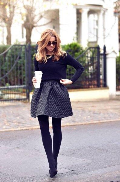 Läder quiltad flared mini kjol, svart skinny fit tröja