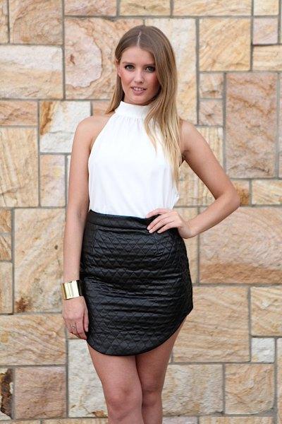 vit halterneck topp svart kjol i hög midja