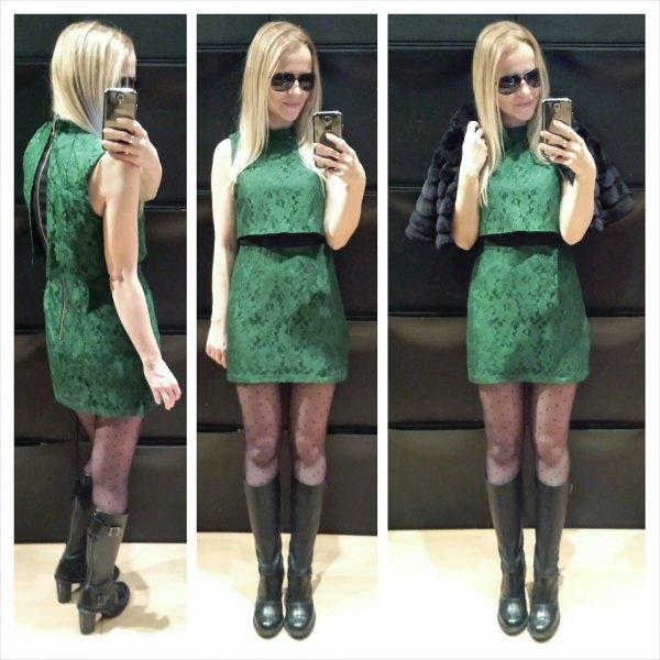 grön tvådelad miniklänning med svarta knähöga stövlar