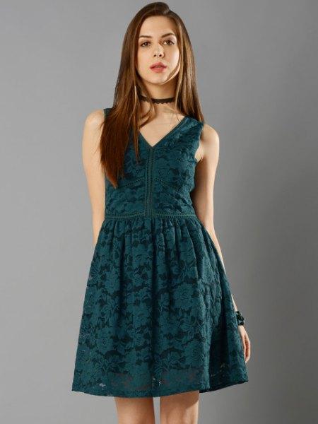 djupgrön ärmlös minikattklänning med svart krage