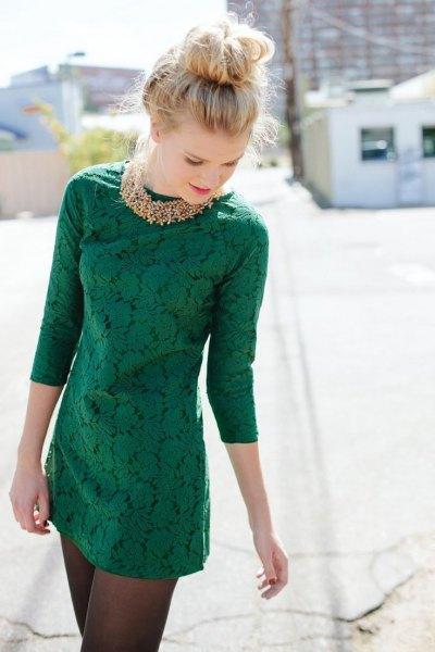 mörkgrön spetsklänning med tre fjärdedelar och guldhalsband