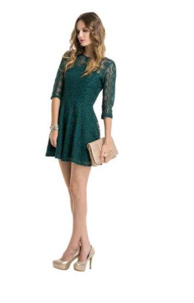 mörkgrön klänning med ljusrosa koppling