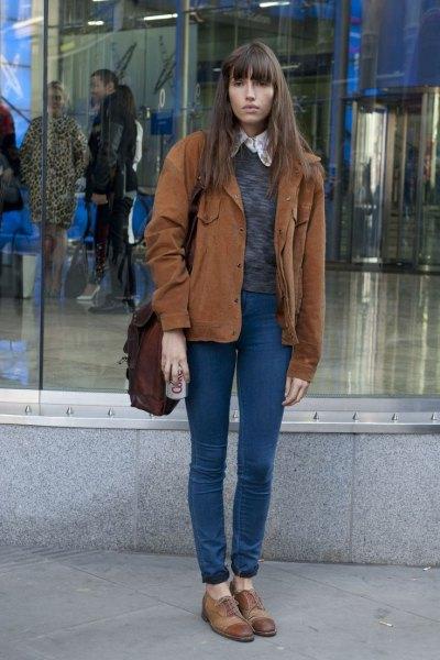 brun corduroy jacka, fläckig grå tröja