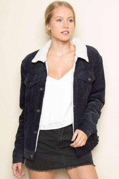 svart jacka vit väst denim skjorta
