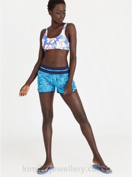 blåvit topp med blågröna mini-shorts