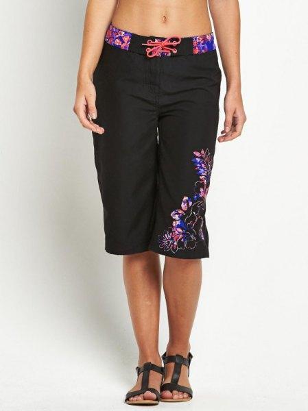svarta och blå blommiga broderade knälånga shorts med en crop top