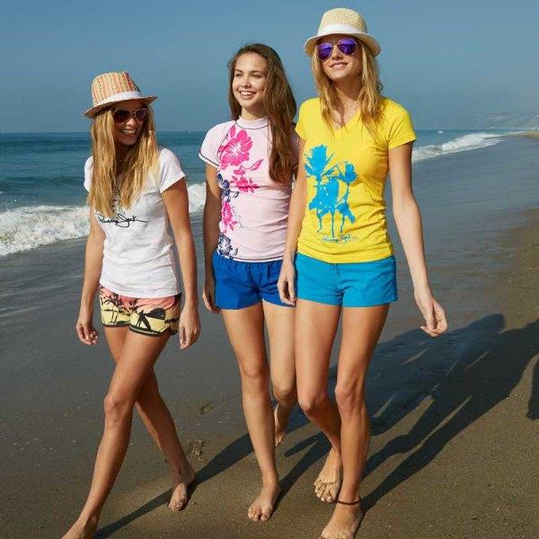 vit t-shirt med kungsblå breda shorts och kala sandaler