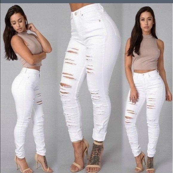 Kort topp med rosa mock-hals och vita skinny jeans