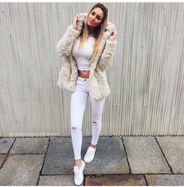 Fuzzy faux pälsjacka med vita ankeljeans