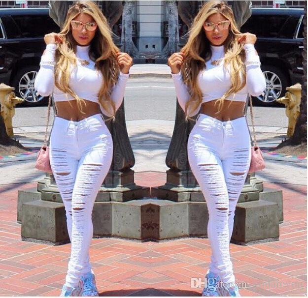 Kort tröja med mock hals och vita jeans med hög midja