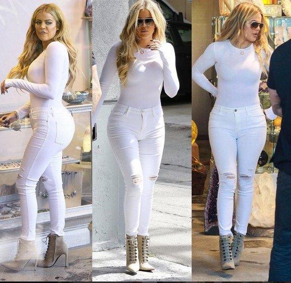 vit, långärmad, figur-kramad topp med rippade jeans